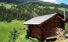 S'Kuschelhütterl – Villgratental, Tirol (1-2 Pers.) Die nur 10 Quadratmeter große Hütte liegt auf gut 1.400 Metern Höhe im osttiroler Villgratental und eignet sich damit gut als Ausgangspunkt für Wanderungen – oder eben doch einfach zum Kuscheln.