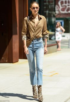 From Seventies flares to mom jeans via patchwork denim, a Californian spirit inspires Gigi Hadid's wardrobe when wearing different denim styles, proving that jeans are always a good look. Style Gigi Hadid, Gigi Hadid Looks, Gigi Hadid Outfits, Street Style Edgy, Street Style Fashion Week, Denim Fashion, Fashion Outfits, Womens Fashion, Estilo Jeans