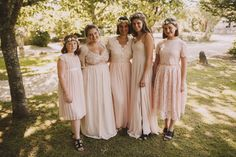 Les filles de la mariée posent pour une photo de groupe famille. Par Jérémy Boyer photographe.
