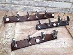 Golf Club Hat & Coat Rack Size Options: 36 inches wide OR 24 inches wide. NEW ORDERS WILL BE CUSTOM BUILT MADE TO ORDER AND CLUBS MAY VARY -- IF PARTICULAR BRAND DESIRED, PLEASE SEND MESSAGE TO CONFIRM PRIOR TO PLACING ORDER. Buyer may upgrade to premium name brand clubs (ping, titleist, taylormade, etc) for an additional $25 -$35. Handmade Item. Solid Construction. Mounting hardware included so itll arrive ready to hang. Nice finished wood base with four hooks for hanging ball caps…