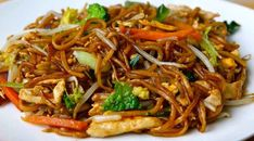 Healthy Dinner Recipes 95538 Chicken Wok with Vegetables and Chinese Noodles Weight Watchers, an Asian recipe easy and simple to make at home. Healthy Noodle Recipes, Asian Noodle Recipes, Easy Asian Recipes, Healthy Crockpot Recipes, Veg Recipes, Light Recipes, Healthy Dinner Recipes, Vegetarian Recipes, Chicken Recipes