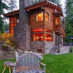 Fachada de casa de campo con chimenea de piedra