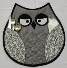 Owl placemats-(idea, no pattern) Owl Patterns, Quilt Patterns, Sewing Patterns, Table Runner And Placemats, Quilted Table Runners, Quilting Projects, Sewing Projects, Fabric Crafts, Sewing Crafts