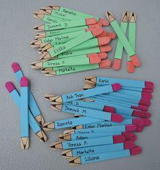 5 Craft Stick Pencil Bookmarks steps - Astonishing classroom decorating ideas for grade Chalkboard bookmark with charms and quote! by Lavagnettiamo Puppen aus Eisstielen Ιδεες για δασκαλους: Μολυβάκια από γλωσσοπίεστρα Mestres Fair - - Artesanato, Arte Bookmark Craft, Bookmarks Kids, Corner Bookmarks, Origami Bookmark, Popsicle Stick Crafts, Craft Stick Crafts, Craft Ideas, School Classroom, Classroom Decor