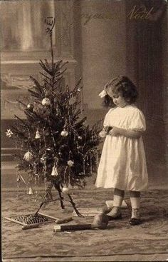 Vintage black and white photo of a child Noel! Images Vintage, Photo Vintage, Look Vintage, Vintage Cards, Vintage Postcards, Vintage Black, Vintage Christmas Photos, Victorian Christmas, Vintage Holiday