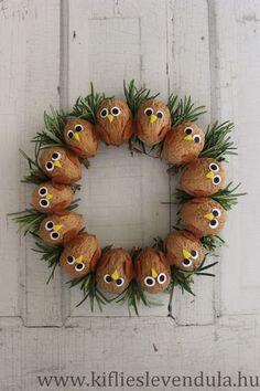 Egy ilyen címmel valami őszi hangulatú diós recept közlése lenne a minimum, de persze nem így lesz.A dió az egyik kedvenc alapanyagom ilyen... Christmas Crafts To Sell, Handmade Christmas Decorations, Christmas Ornaments, Acorn Crafts, Pine Cone Crafts, Diy And Crafts, Crafts For Kids, Arts And Crafts, Seed Art