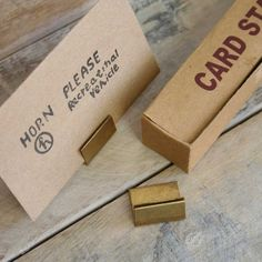 【定番】[ブラス]ロングヒット!真鍮カードスタンド【什器】|卸・仕入れサイト スーパーデリバリー