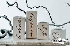 """Vier hübsche shabby Teelichthalter aus Keramik mit grauem Tattoo.  """"la foi, l'espérance, la charité""""  Glaube, Hoffnung, Liebe.  Auf dem Kleinsten habe"""