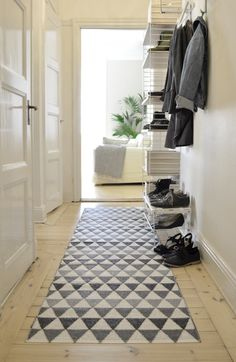 Bright hallway: light wood floor and geometric rug - Tribus grey - Plastic rug Hallway Carpet, Bedroom Carpet, Hallway Rug, Hallway Ideas, Long Hallway, Carpet Stairs, Wall Ideas, Hall Deco, Scandi Living