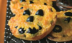 I love Halloween, it's one of the most creative times of year! Check out this Halloween Pumpkin inspired mini cheese pizza! Gross Halloween Foods, Diy Halloween Food, Halloween Pizza, Halloween Breakfast, Halloween Trick Or Treat, Spirit Halloween, Halloween Stuff, Halloween Halloween, Halloween Decorations