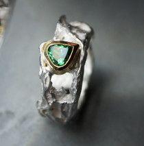extravaganter Silberring mit grünem Edelstein