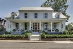 """A look inside the new modern farmhouse where Martina McBride filmed her Food Network show """"Martina's Table"""" in Franklin, Tennessee. Style At Home, Sofa Design, Modern Farmhouse, Farmhouse Style, Cottage Style, Farmhouse Ideas, Farmhouse Design, Texas Farmhouse, Farmhouse Kitchens"""