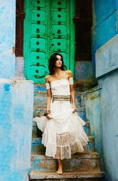 Boho Zigeuner Spitze Hochzeit Kleid mit atemberaubenden Spitzen-Armbänder und getäfelten Rock
