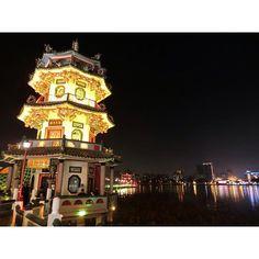 Instagram【cristagram.tw】さんの写真をピンしています。 《🙋 161010高雄左營萬年季🎈 搬來#左營 十多年了前幾年才第一次去了#萬年季 😅 對我來說就是個大型#夜市 啊哈哈 #🇹🇼 #台灣 #高雄 #蓮池潭 #龍虎塔 #春秋閣 #夜景 #Taiwan #Kaohsiung #Zuoying #nightmarket #WannianFolkloreFestival #CristalsLife201610》