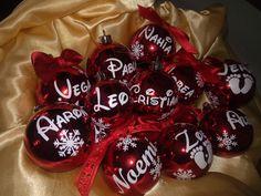 Bolas personalizadas Christmas Bulbs, Fruit, Holiday Decor, Home Decor, Balls, Christmas Light Bulbs, Interior Design, Home Interiors, Decoration Home