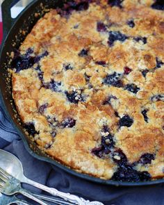 Easy Blackberry Cobbler, Blackberry Recipes, Skillet Peach Cobbler, Cobbler Crust, Canned Peaches, Cast Iron Cooking, Sweet Recipes, Delicious Recipes, Recipes