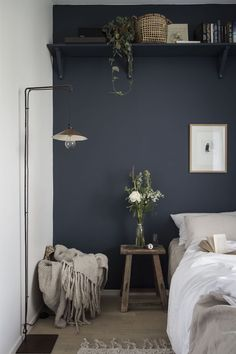 News in the MSHB House! my scandinavian home: small guest bedroom with dark blue walls, linen bedding and a high shelf.my scandinavian home: small guest bedroom with dark blue walls, linen bedding and a high shelf. Small Guest Rooms, Guest Bedrooms, Blue Bedrooms, Dark Blue Walls, Dark Blue Bedroom Walls, Maroon Bedroom, Dark Blue Rooms, Navy Walls, Small Bedroom Designs
