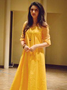 Mahira Khan in Sania Maskatiya Simple just need to accessorize it right