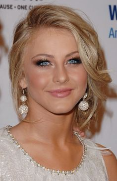 Julianne Hough's golden eyeshadow, bronzed cheeks, and nude lips give her the most perfect glow