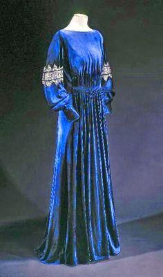 Jeanne Lanvin, retrospectiva  O azul Quattrocento que encantava Fra Angelico se tornou sua cor favorita ...  http://gabineted.blogspot.com.br/2015/03/jeanne-lanvin.html  O Palais Galliera, em estreita colaboração com Alber Elbaz, diretor artístico da Maison Lanvin, comemora a mais antiga casa de alta costura francesa ainda ativa. Dedicado a Jeanne Lanvin (1867-1946), a primeira retrospectiva em Paris reúne, mais de cem modelos, excepcionais do Palais Galliera e do Patrimônio Lanvin.