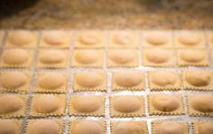 Ravioli di baccalà e patate - Un primo piatto originale, buono e per i palati più sopraffini da poter realizzare nei giorni festivi come la domenica o se ancora siete indecisi su cosa preparare per il cenone di San Silvestro, potrebbero essere i ravioli di baccalà e patate.