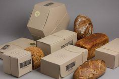 Actualité / Ça sent le pain !!! / étapes: design & culture visuelleLe studio catalan Lo Siento a récemment complété son travail sur l'identité et les packagings de la boulangerie Triticum. Cette fois-ci le studio attribue à chaque pain un packaging en carton percé permettant au consommateur de profiter de l'odeur du produit. A cela s'ajoute une identité tamponnée pour le côté artisanal et une gommette dorée gage de qualité.