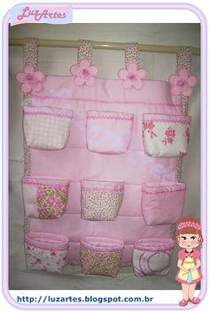 Queridos e amados!      Enfim terminei meu organizador de patchwork para colocar meus apetrechos no meu cantinho, fiz 9 cestos de tecido ...