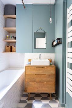Le style vintage va à ravir à la petite salle de bains White Bathroom, Small Bathroom, Master Bathroom, Duck Egg Blue Bathroom, Blue Bathrooms, Bathroom Green, Bad Inspiration, Bathroom Inspiration, Contemporary Bathrooms