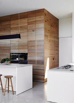 toch wel mooi: een deur in een houten wand: zo ook de toiletdeur?? dat de kast van hout gewoon helemaal doorloopt? En dan de swingdoors ernaast in wit multiplaat...