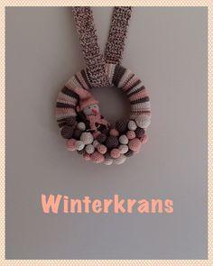 Blog met patroon van een leuke winterkrans met sneeuwmannetje en sneeuwballen.