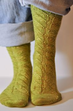 Rainbow Project : Des vertes et des pas mûres   Knitting Socks, Crochet, Free Pattern, Knitting Patterns, Slippers, Couture, Stitch, Design, Style