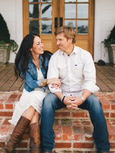 My favorite cuz they actually earned it! Jo Jo & Chip Gaines - Fixer Upper - Hgtv - Magnolia Homes Magnolia Homes, Magnolia Fixer Upper, Magnolia Farms, Magnolia Market, Magnolia Blog, Magnolia Journal, Joanna Chip Gaines, Joanna Gaines Style, Brick Porch
