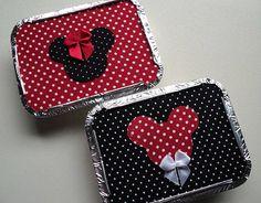 Embalagem marmitinha de alumínio com tampa forrada em tecido com tema Mickey e Minnie. Decorada com lacinho em vermelho (laço da Minnie), branco ou amarelo (gravata do Mickey).  Disponível em dois tamanhos:  - Mini = R$ 3,50 - Tamanho 12x9cm  (acomoda até 6 docinhos tipo brigadeiro)  - Gra...