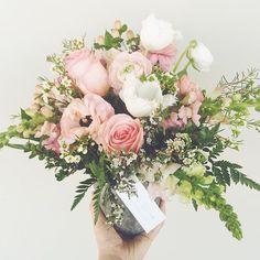 Birthday blooms. #valleybrinkroad #vbrflowers #flowers #blooms #birthday #losangeles #floraldesign #flowerarrangement #roses #birthdaypresent