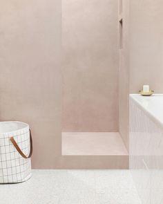 ans notre dernière rénovation, notre pièce préférée est la salle de bain avec son béton ciré rose dans la douche, son terrazzo gris pâle