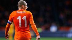 Dutch icon Frank de Boer believes Bayern Munich winger Arjen Robben should end his career with the Bundesliga champions.