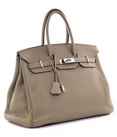 Ca. 25 x 35 x 18 cm. 2009. Taubengraue Clemence Lederhandtasche mit Palladiumbeschlägen. Innenraum aus Ziegenleder mit einem Reißverschluss- und einem...