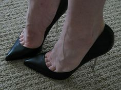Stilly: black pumps and toe cleavage