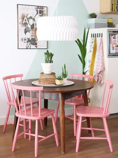 Salle à manger my attic shop / vintage / dining chairs / pink / eetkamerstoelen / eethoek / roz Vintage Dining Chairs, Dining Room Chairs, Office Chairs, Painted Dining Chairs, Colored Dining Chairs, Dining Table, Old Chairs, Folding Chairs, Retro Home Decor