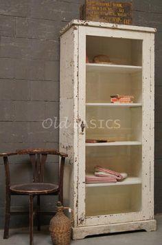 Oud verweerd vitrinekastje: leuk voor badkamer of keuken! Te koop bij www.old-basics.nl : Old-BASICS  Webshop in brocante, vintage & shabby chic!