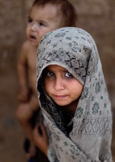 The haunting eyes of a little Afghan girl. Kids Around The World, We Are The World, People Around The World, Around The Worlds, Precious Children, Beautiful Children, Beautiful People, Population Du Monde, Les Innocents