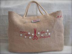 L'armoire de mon atelier déborde, j'ai réalisé ce grand sac, aux dimensions généreuses pour y déposer le lin, les draps anciens et autres... Burlap Bags, Jute Bags, Diy Bags No Sew, Fabric Basket Tutorial, Fabric Tote Bags, Tote Bags Handmade, Linen Bag, Simple Bags, Diy Embroidery