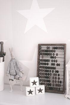 Tähtipalikoita, Maileg-pupu yöpuvussa, vanha helmitaulu, miekat ja tähtitapetti