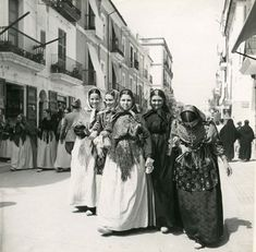 """""""Carrer de ses Farmàcies"""", any 1932 - Foto: Reynaldo Luza (1893-1978) Ibiza Formentera, Harper's Bazaar, Light And Shadow, Traditional Outfits, Glamour, Painting, Architecture, Old Pictures, Country Women"""
