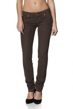 98% Algodão  2% ElastanoShape-Up é o ex-libris dos jeans de perna justa e cinta baixa, ligeiramente mais alta na parte de trás, proporcionando o máximo conforto em jeans de cintura baixa. O aspeto final combina os jeans tradicionais de cinco bolsos, com um fit slim, uma cintura