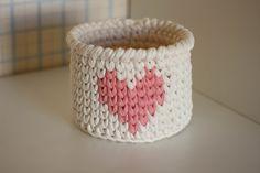 Lindo cachepô em fio de malha, com desenho de coração. Ideal para organizar e decorar qualquer ambiente! Ótima opção de presente.