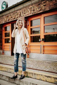 jewels meets jeans | jeans: pinko, blazer: zara, white shirt: zara, customized bag: bally | fashion & street style | loaction: Berlin Nordbahnhof