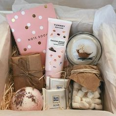Diy Birthday Gifts For Friends, Cute Gifts For Friends, Creative Birthday Gifts, Birthday Box, Friend Birthday Gifts, Best Friend Gifts, Diy Gift Baskets, Gift Hampers, Diy Cadeau