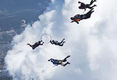 Zdroj: youtube.com/ETB      Parašutisti si splnili detský sen. Vyskočili z lietadla a zahrali simetlobal, ktorý poznáte z kníh o Harrym Potterovi.        Skupinka kolumbijských skydiverov dostala zaujímavú ponuku. Pre istého mobilného o...
