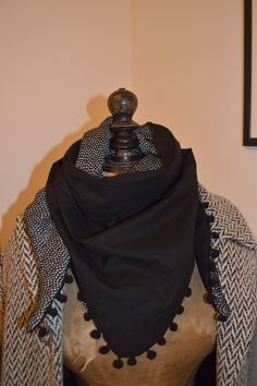 Un foulard en triangle Pop Couture, Couture Outfits, Couture Sewing, Couture Clothes, Sewing Scarves, Sewing Clothes, Snood Scarf, Lined Jeans, Creation Couture